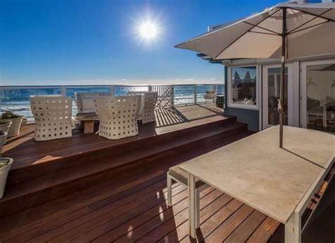 leslie mann judd apatow house judd apatow and leslie mann sell malibu beach house for