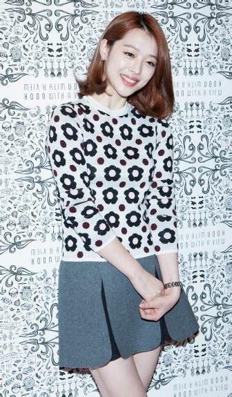 Blouse Floral Lipit Blouse inspirasi busana floral artis k pop mode fashion