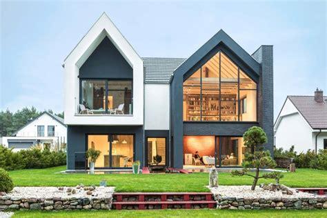 rumah bergaya kontemporer dengan garasi asimetris