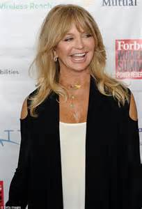 68yr old women celebrities goldie hawn wears unique holey cardigan as she speaks at