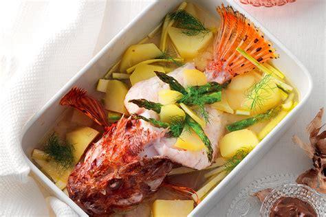 cucinare lo scorfano al forno ricetta scorfano al forno con verdure e salse colorate