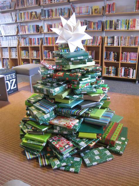 ein weihnachtsbaum in der bibliothek ent steht wieder ein weihnachtsbaum aus