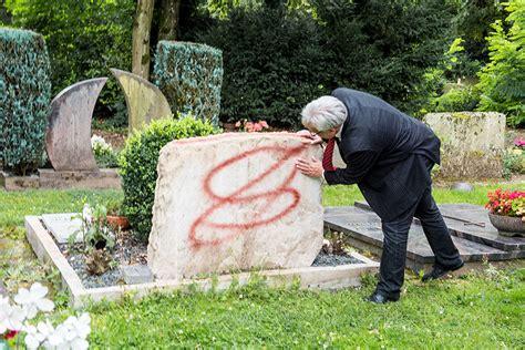 Franz Vase Grabsteine Auf Dem Hauptfriedhof Beschmiert Trier Reporter
