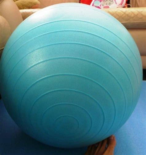 ginnastica per rassodare interno cosce gli esercizi con la palla per rassodare gambe cosce e