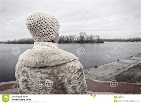 imagenes de invierno triste mujer que mira el r 237 o durante un d 237 a de invierno triste