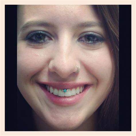 Vanità Piercing - smiley piercing with blue gem anatometal fan