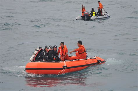 airasia accident indonesian divers retrieve 6 more bodies from airasia
