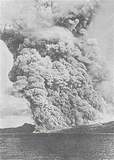Montagne Pelée. Saint-Pierre détruit par le Volcan. Dinosoria