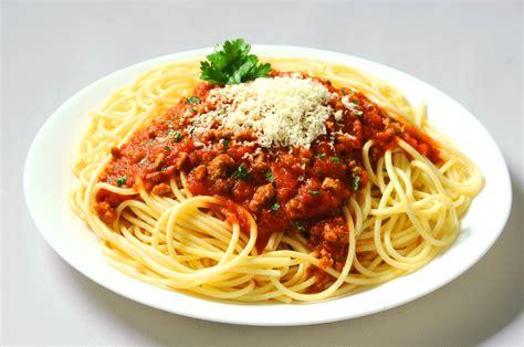 making spaghetti pinoy delicacies