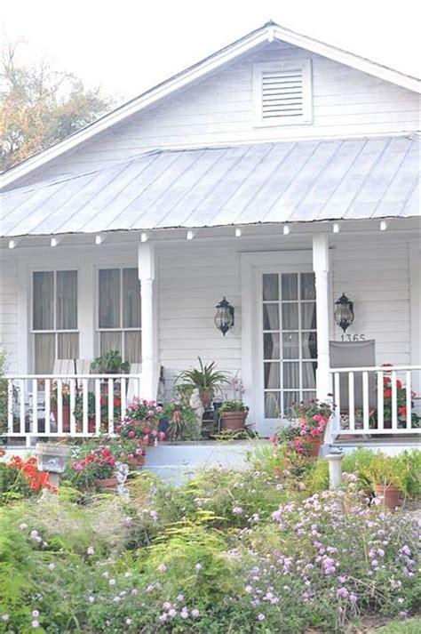 beach house bungalow garden and bungalow front porch ideas cottage my little house pinterest gardens front