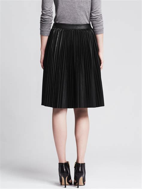 banana republic pleated black faux leather skirt in black