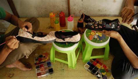 Cat Akrilik Sepatu melihat pekerja seni melukis sepatu foto tempo co