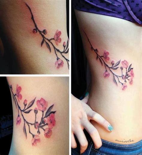 tatuaggio fianco fiori tatuaggio ramo di ciliegio sul fianco the house of