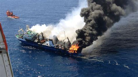 schip brand canarische eilanden spanje onderzoekt berging brandende trawler nos