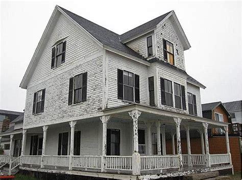 folk victorian 1902 folk victorian york maine 890 000 i love when a house needs a paint job house