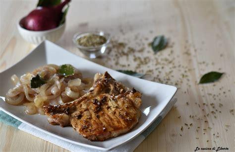 cucinare lombo di maiale lombo di maiale con osso e cipolle in padella una bont 224
