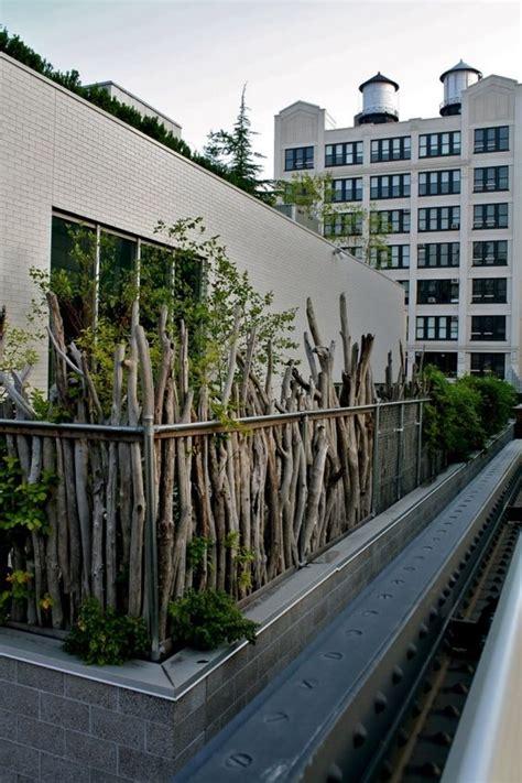 balkon zaun holz balkon sichtschutz ideen holz zweige pflanzen rustikal