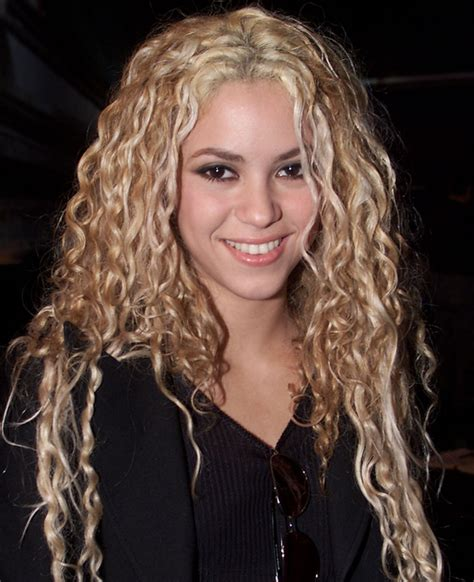 is shakiras hair naturally curly pictures 10 celebrities with naturally curly hair