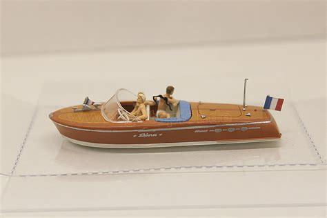 Preiser 10689 Motor Boat Riva Ariston preiser motorboot riva ariston mit besatzung