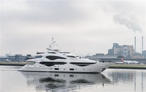 london city airport closes  runway   arrival  sunseeker  ybw