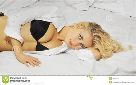 lying or laying in bed lie in bed or lay in bed 28 images young girl lie in