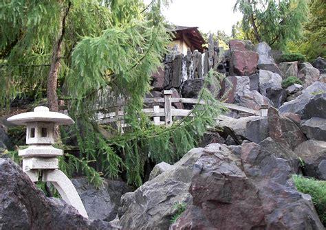 gartenideen felsgarten mit wasserfall und teehaus