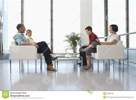 gente en la sala de espera moderna en oficina imagen de archivo libre de regal 237 as imagen 33840436