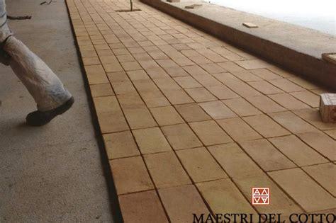 come si posa un pavimento come montare un pavimento in cotto indicazioni di posa a