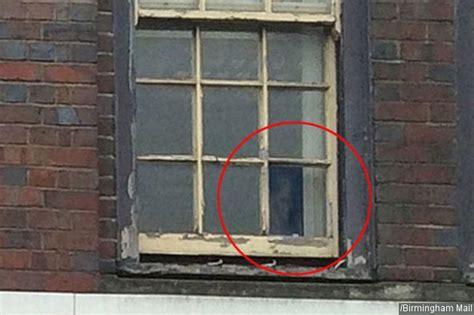 Di Balik Jendela Putih sosok menyeramkan tertangkap kamera ngintip di balik jendela kabar berita artikel