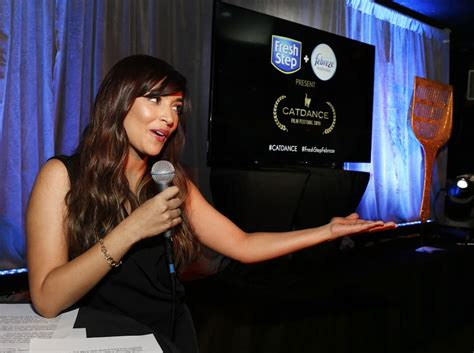 cat girl actress business insights and more from actress hannah simone at