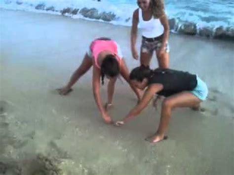 chicas en la playa youtube unas chicas ense 241 ando los pechos en la playa youtube