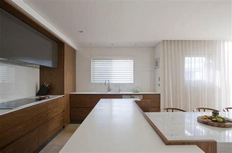 www corian plan de travail cuisine en blanc quartz ou corian