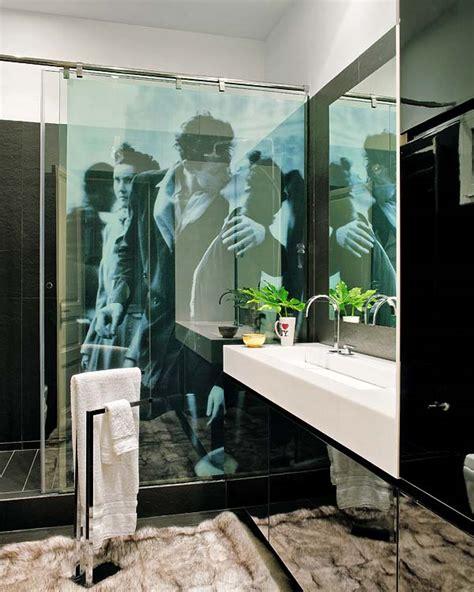 bathroom kiss pinterio romantic bathroom kissing couple