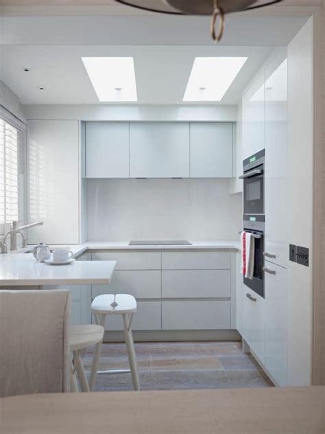 騅iers de cuisine en r駸ine cuisine en u blanche de style minimaliste avec fen 234 tre et