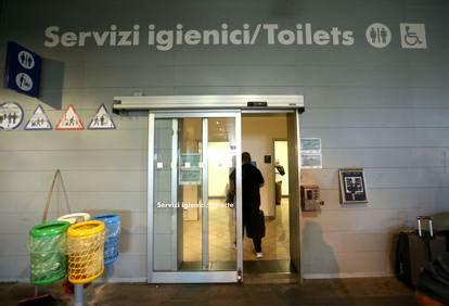 bagni pubblici a pagamento viaggio tra i bagni pubblici di sono pochi