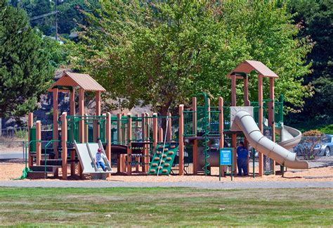 pavimenti per parco giochi piastrelle antitrauma per parco giochi sicuri e a norma di