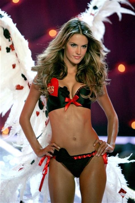 victorias secret model with bob haircutjnnnamnaasmtgyiuop alessandra ambrosio in victoria s secret fashion show
