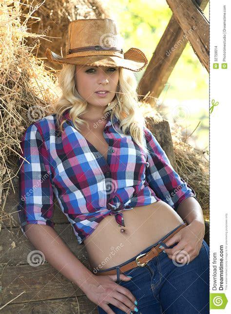 solo imagenes vaqueras mujer rubia en sombrero de vaquero imagenes de archivo