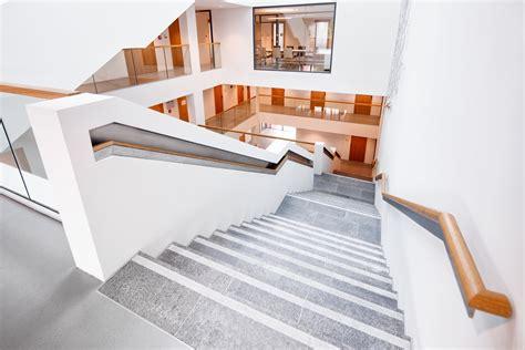 treppe handlauf holz holzhandlauf treppe foyer eislingen stahlbau n 228 gele