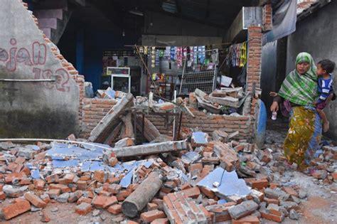 hundreds  schools damaged  earthquakes  indonesian