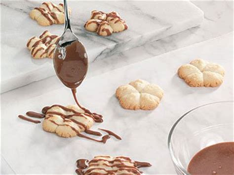 How To Decorate Cookies With Chocolate by 6 Pretty Ideas For Decorating Cookies Reader S