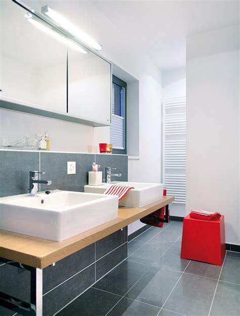 fliesen in holzoptik weiß badezimmer badezimmer grau wei 223 lila badezimmer grau