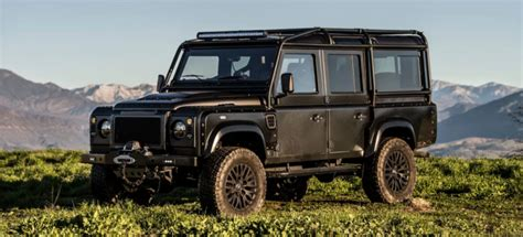land rover defender black een waar road all black land rover defender