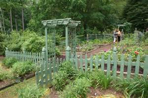 garten holzzaun vegetable garden with a green picket fence