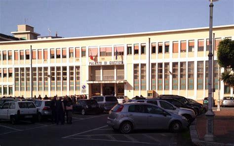ufficio lavoro catanzaro abuso d ufficio al tribunale di locri sospeso un giudice