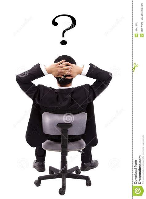 ufficio sta inter l uomo d affari sta pensando e punto interrogativo