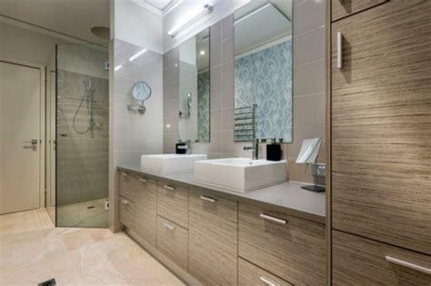 rote badezimmer ideen chatsworth haus pr 228 sentiert lebhafte rote akzente und