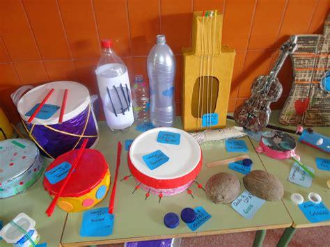 proyecto de instrumentos musicales con material reciclado en primaria musikeando en el cole exposici 211 n de instrumentos con