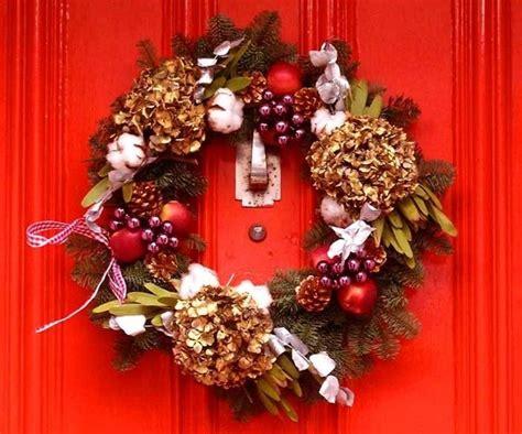 corone natalizie da appendere alla porta come realizzare ghirlande natalizie il decoupage