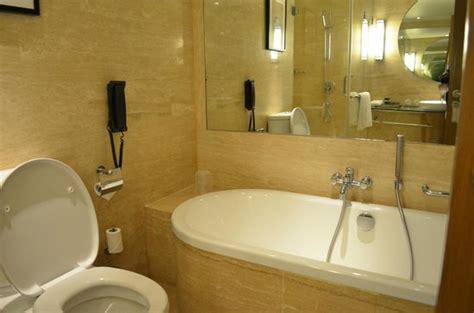 hotels in goa with bathtub pic изображение vivanta by taj panaji панаджи